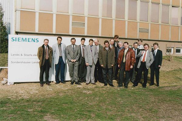 Mitarbeiter vor dem Firmengebäude der Landis & staefa in Mühlhausen